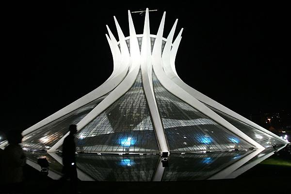 8 Cathédrale Metropolitaine Notre Dame de l'Apparition de Brasilia Bresil Oscar Niemeyer on charliestine.net